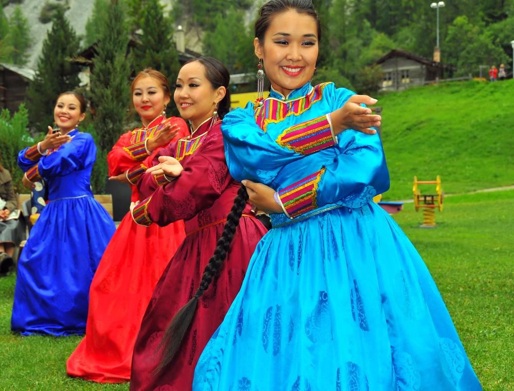 Бурятские девушки в традиционном танце