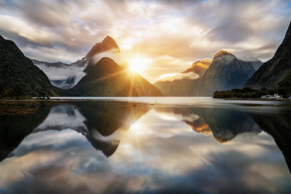 Восход солнца в Милфорд Саунд, Новая Зеландия