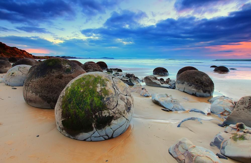 Валуны Моераки на побережье Новой Зеландии