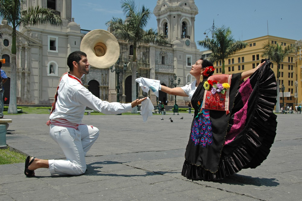 Народные танцы на улицах Лимы, Перу