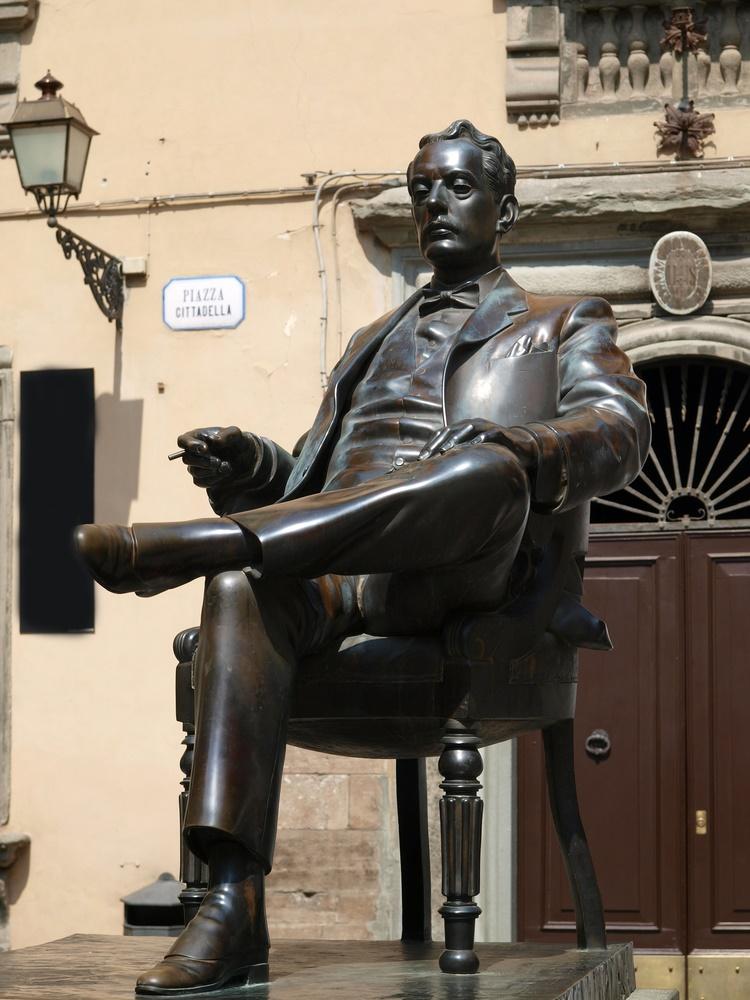 Статуя Пуччини в родном городе Лукка, Италия