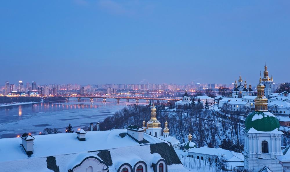 Вид зимнего вечернего Киева