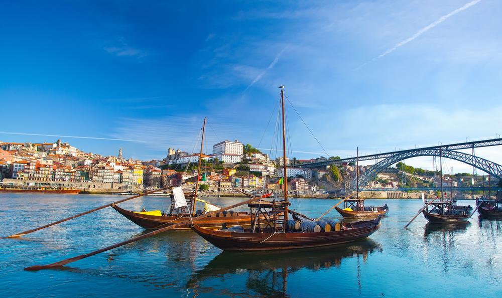 Традиционные лодки с бочонками вина в старом Порто (Португалия)