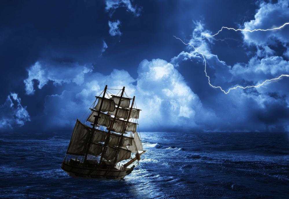 Корабль борется со штормом
