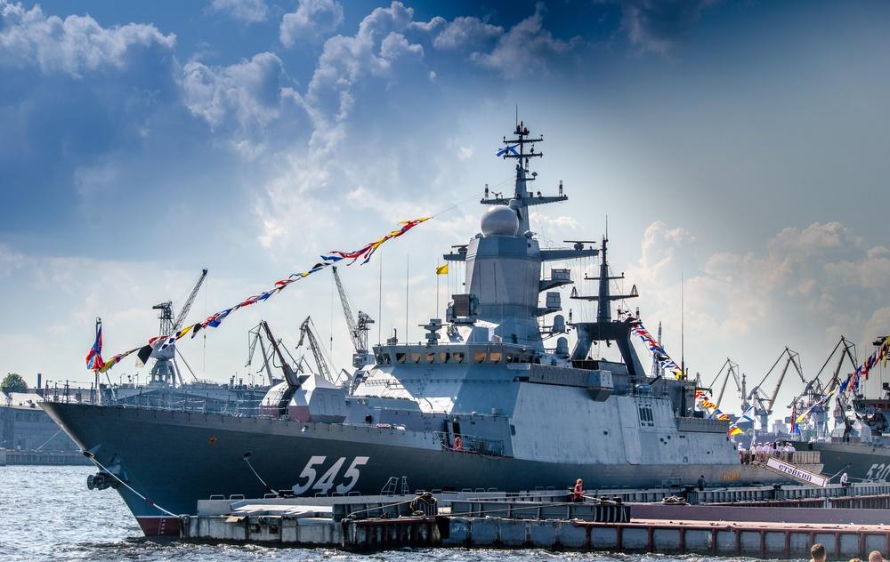 Военный корабль на Неве