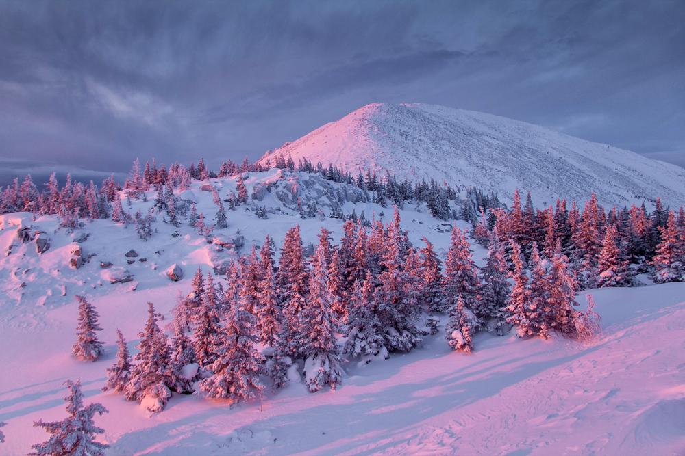 Восход солнца зимой в горах