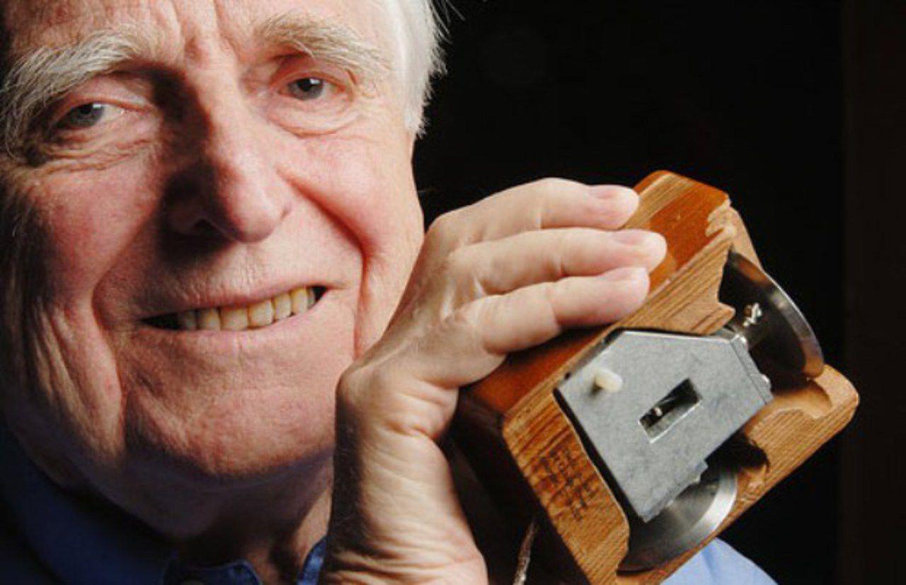 Изобретатель компьютерной мыши Дуглас Энгельбарт с первым прототипом