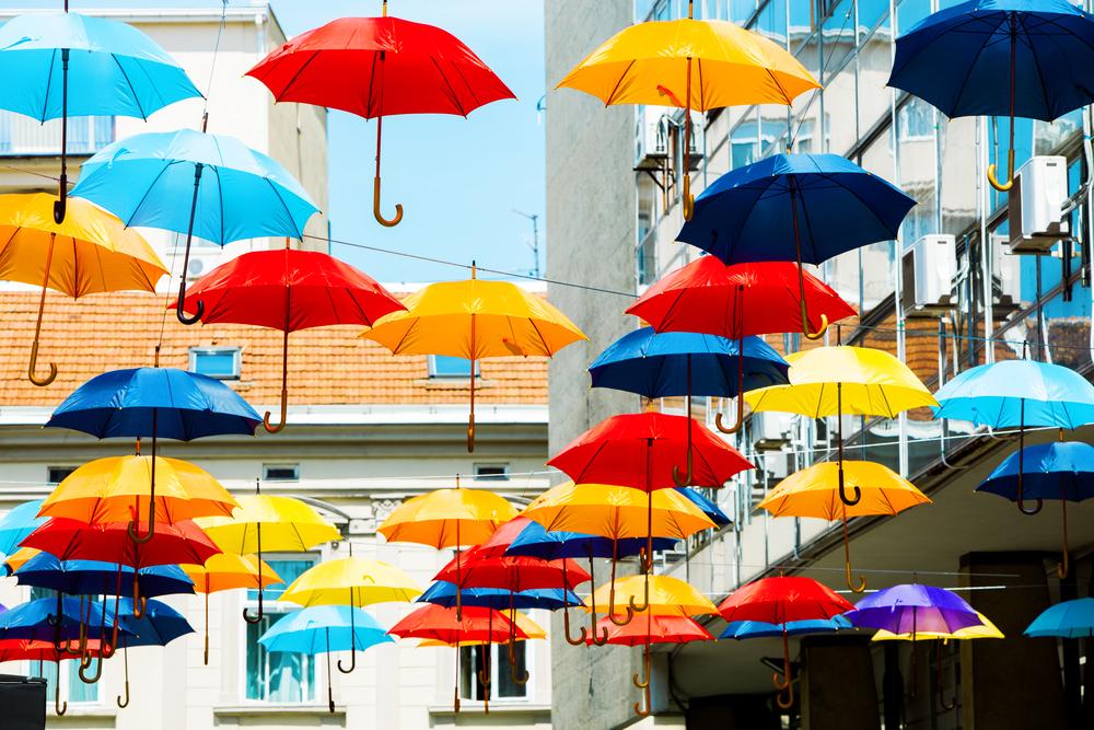 Яркие зонтики на улицах Белграда, Сербия