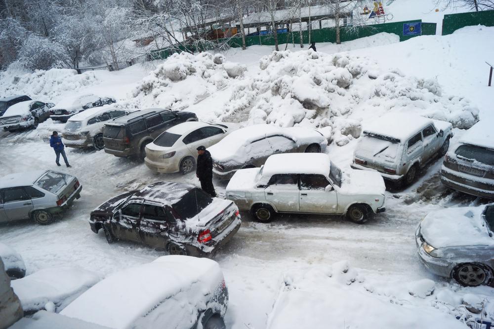Автомобильная парковка, парковка во дворе, зимняя парковка