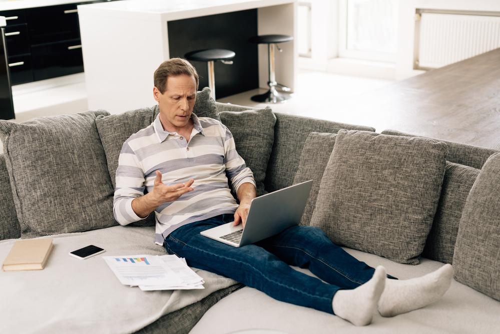 Мужчина дома за компьютером