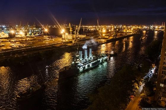 Возвращение крейсера «Аврора» на место вечной стоянки у Петроградской набережной
