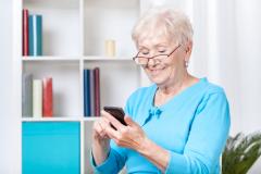 Хотите купить мобильный телефон бабушке или дедушке? Выбирайте правильно