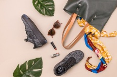 Какие сумки носить с кроссовками