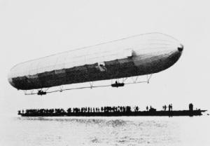 Первый полет совершил дирижабль жесткой конструкции, построенный графом Цеппелином