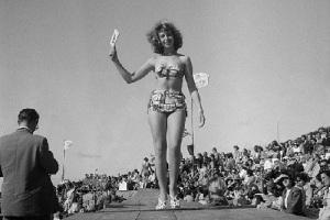 День рождения бикини – во время показа мод в Париже впервые представлен этот новый женский купальник