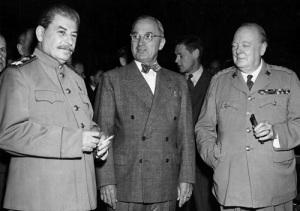 Во время Потсдамской конференции Гарри Трумэн сообщил Иосифу Сталину о создании в США нового сверхмощного «супер-оружия»