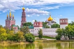 В недавно основанный Новодевичий монастырь торжественно перенесен образ Богоматери Одигитрии Смоленской