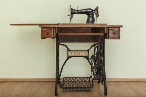 Американский портной Зингер запатентовал усовершенствованную швейную машинку