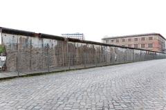 Начато сооружение Берлинской стены