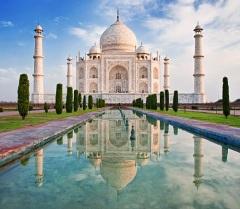 В индийской державе Великих Моголов заложен мавзолей Тадж-Махал