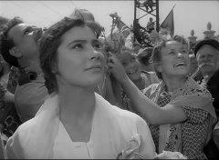На экраны советских кинотеатров вышел ставший затем легендарным фильм Михаила Калатозова «Летят  журавли»