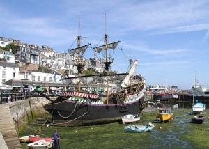 Британский мореплаватель и пират Фрэнсис Дрейк вернулся в Плимут из кругосветного путешествия