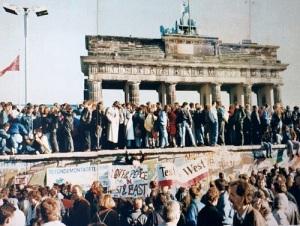 Началось разрушение Берлинской стены