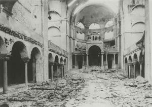 В Германии начались массовые погромы против евреев («Хрустальная ночь»)