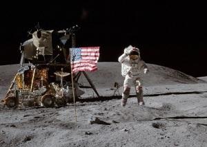 Аппарат американского космического корабля «Аполлон-16» совершил посадку на поверхность Луны