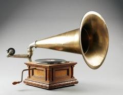 Томас Эдисон впервые публично продемонстрировал изобретённый им фонограф
