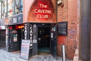 В Ливерпуле открылся клуб «Пещера», где начинали свою дорогу к славе «Битлз»