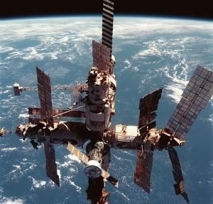 На космическую орбиту выведена научная станция «Мир»