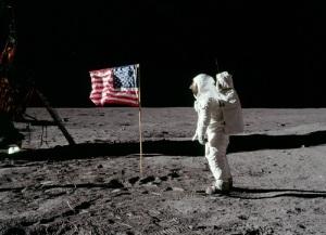 Человек впервые ступил на поверхность Луны