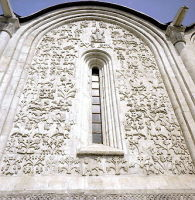 Резной фасад Дмитриевского собора