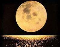 Обращённая к нам сторона Луны полностью освещена Солнцем — это полнолуние. Фото: Shutterstock