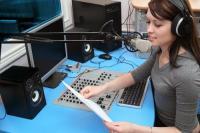 Радио-ди-джей знакомит аудиторию с новостями (Фото: Tsian, Shutterstock)