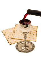Маца и вино - главные атрибуты пасхального седера (Фото: pavelr, Shutterstock)