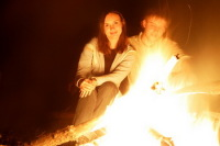 Посидите у костра, у камина, при свечах. Фото: Shutterstock