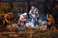 Сцена рождения Христа. Все действующие лица выполнены из дерева и раскрашены вручную. (Фото: Alexander Hoffmann, Shutterstock)