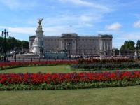 Букингемский дворец: флаг поднят — монарх во дворце (Фото: Christiane Franke, Shutterstock)