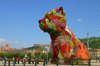 Огромная собака из цветов тоже является украшением города (Фото: PixAchi, Shutterstock)