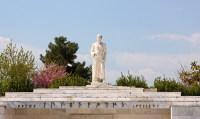 Памятник отцу медицины Гиппократу в Ларисе (Фото: Georgios Alexandris, www.shutterstock.com)