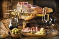 В местных ресторанах стоит попробовать «прошутто» (Фото: DUSAN ZIDAR, www.shutterstock.com)