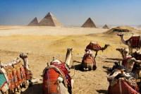 Комплекс пирамид фараонов в пустыне близ Гизы (Фото: Mikael Damkier, www.shutterstock.com)