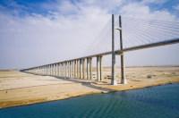 Подвесной мост через Суэцкий канал – один из самых высоких в мире (Фото: donvictorio, www.shutterstock.com)