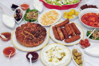 Местная кухня порадует гурманов (Фото: ChameleonsEye, www.shutterstock.com)