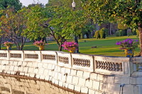 Город окружен прекрасными садами (Фото: Jorg Hackemann, www.shutterstock.com)