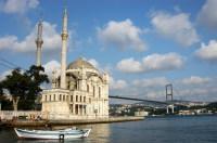 Мечеть Ортакёй на фоне Босфорского моста (Фото: Özgür Güvenç, www.shutterstock.com)