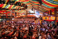 Традиция Октоберфеста — открытие гигантских пивных шатров (Фото: Losevsky Pavel, Shutterstock)