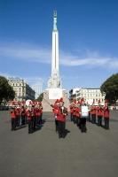 Праздничный парад у памятника Свободы (Фото: Vladimirs Koskins, Shutterstock)